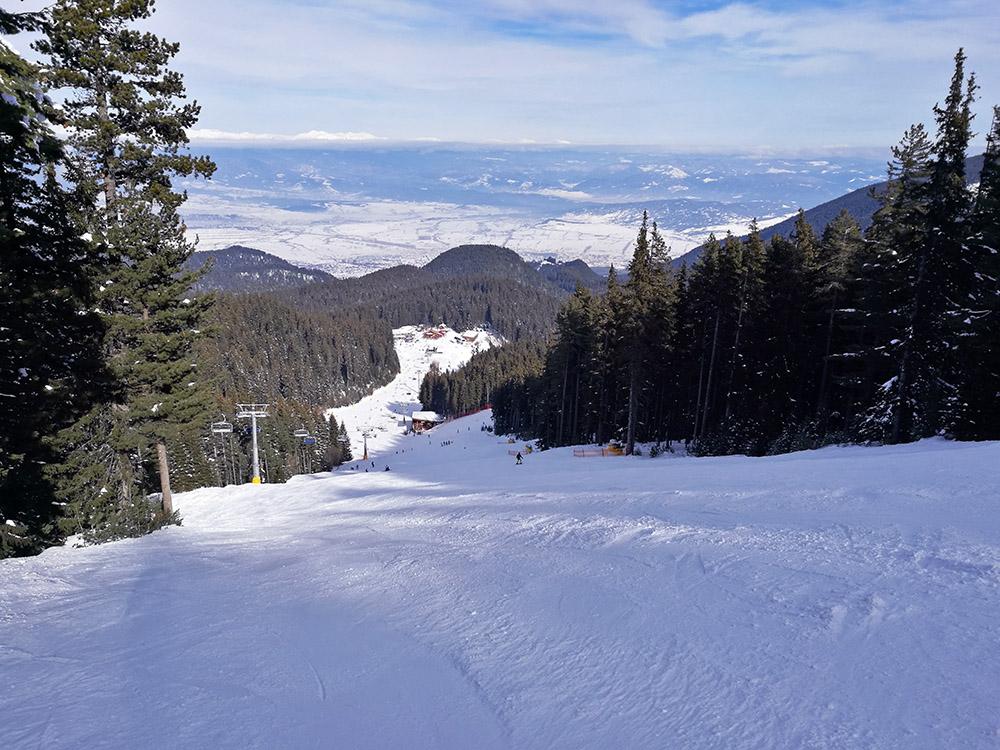 The Balkaniada ski run is for intermediate and advanced skiers.